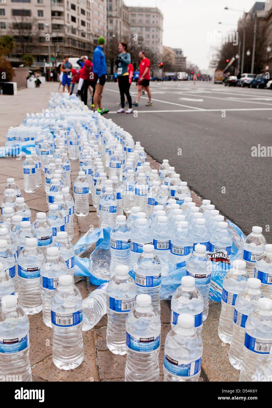 El agua embotellada se alinearon para corredores de carrera Imagen De Stock