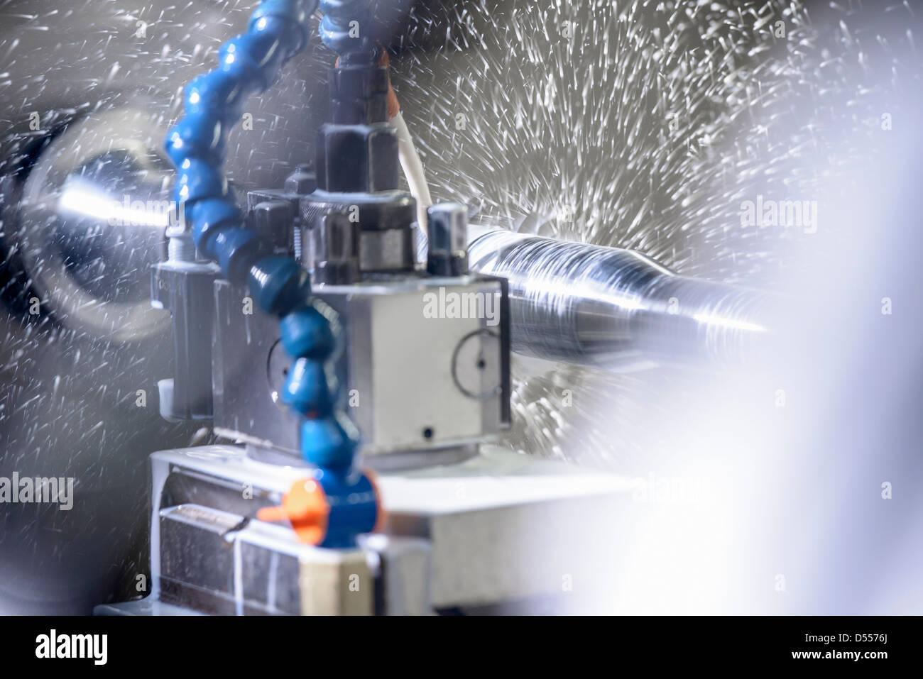 Pulverización de agua sobre la maquinaria en la fábrica. Imagen De Stock