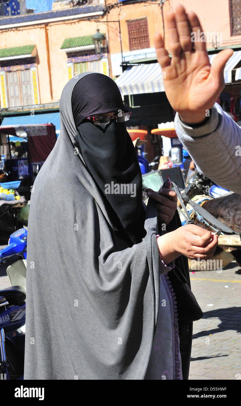 Mujer Árabe árabe con el hombre levantando la mano a la cámara dice 'No' a fotografiar personas Imagen De Stock