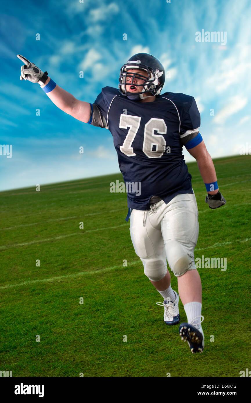 Jugador de fútbol caucásico aclamando en el juego Foto de stock