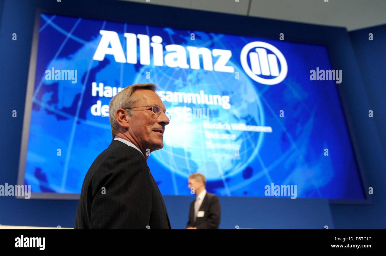 Allianz SE CEO Michael Diekmann llega por la asamblea general celebrada en Munich, Alemania, 05 de mayo de 2010. El conglomerado de seguros dio una actitud conservadora para el ejercicio debido a la persistencia de condiciones económicas difíciles. Allianz informa de un resultado operativo de 7,2 millones de euros para 2009. Foto: TOBIAS HASE Foto de stock