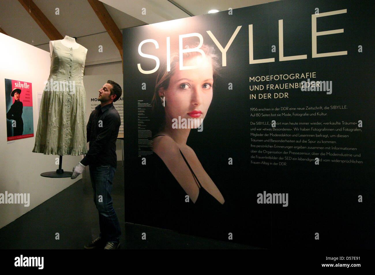 832c5f8699 Un empleado lleva una moda   exquisit   vestido después de una plantilla a  partir de la revista   Sibylle   a su lugar en la exposición   Sibylle.