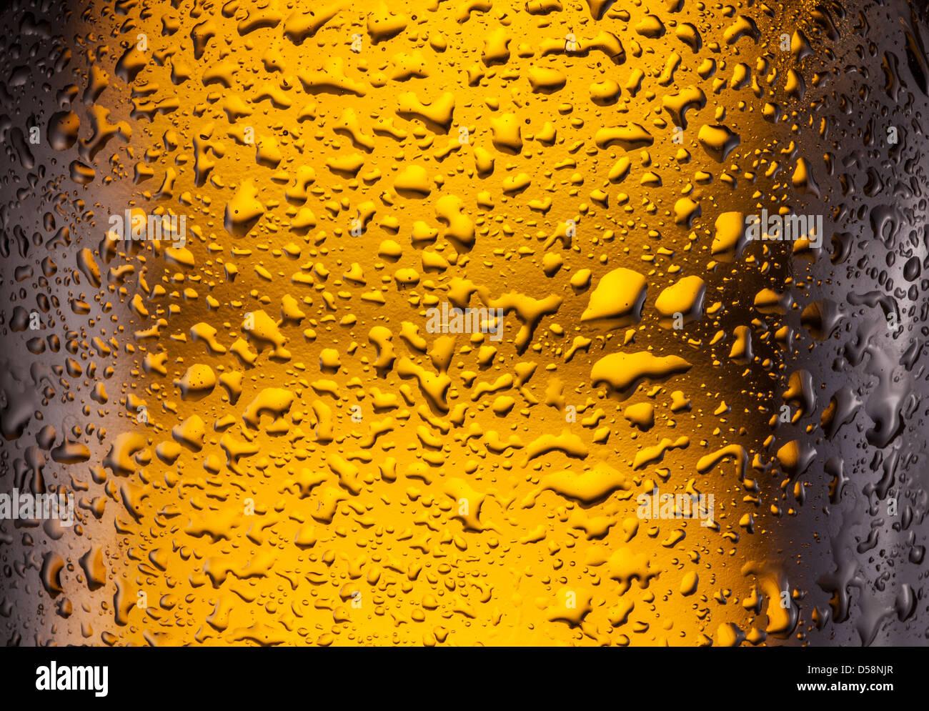 Сlose shot de gotas en una botella de cerveza. Imagen De Stock