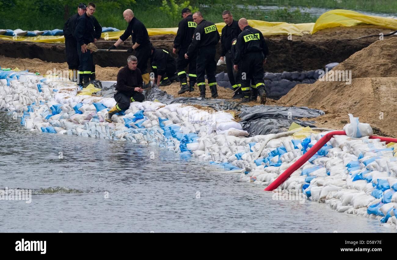 Fuerzas de socorro en el trabajo en una damm hechas de sacos de arena en las orillas del río Warthe en Kostrzyn, Imagen De Stock