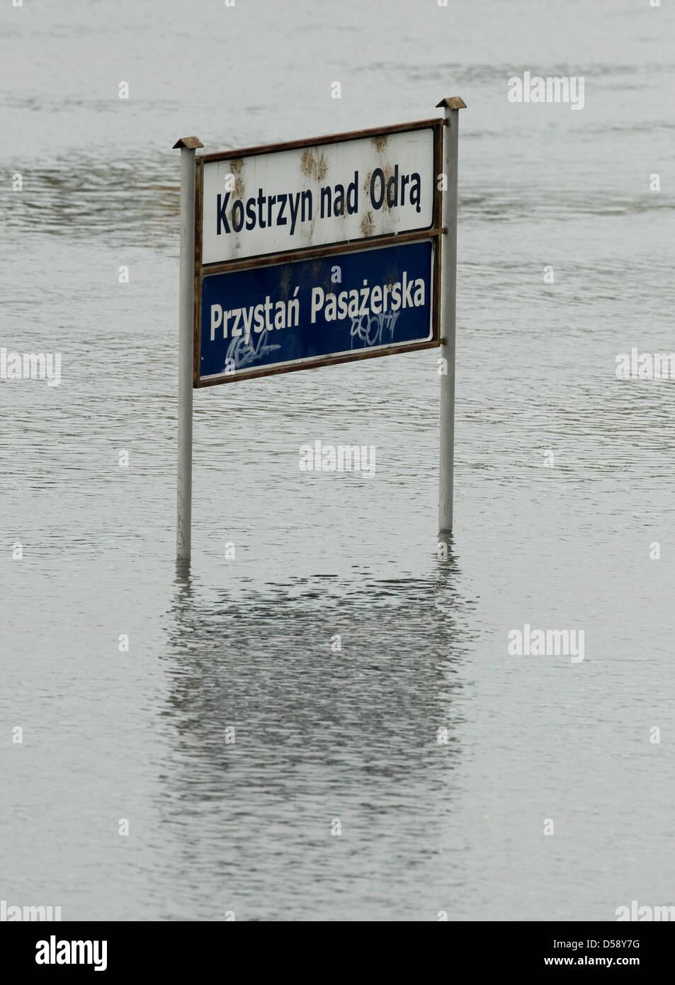 Las aguas rodean la ciudad signo de Kostrzyn, Polonia, 30 de mayo de 2010. La Warthe desemboca en el río Oder Imagen De Stock