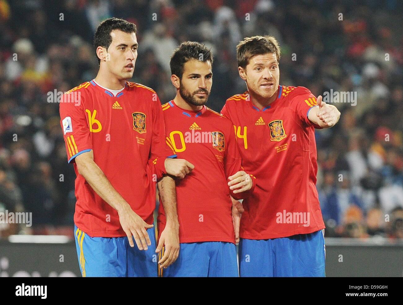 ¿Cuánto mide Gerard Piqué? - Altura - Real height Espana-es-sergio-busquets-cesc-fabregas-y-xabi-alonso-durante-la-copa-mundial-de-la-fifa-2010-grupo-h-partido-entre-espana-y-honduras-en-el-ellis-park-stadium-de-johannesburgo-sudafrica-21-de-junio-de-2010-foto-achim-scheidemann-consulte-httpdpaqdefifa-wm2010-tc-d59g6h