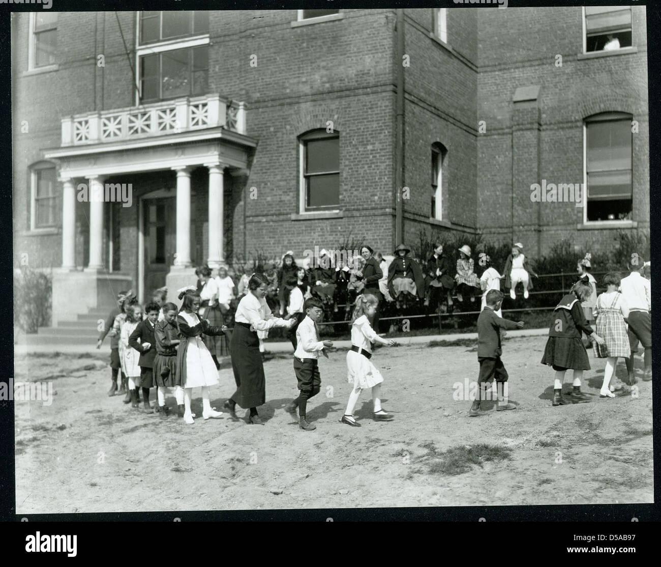 Ninos En El Old South Hill School Jugando Los Juegos Organizados