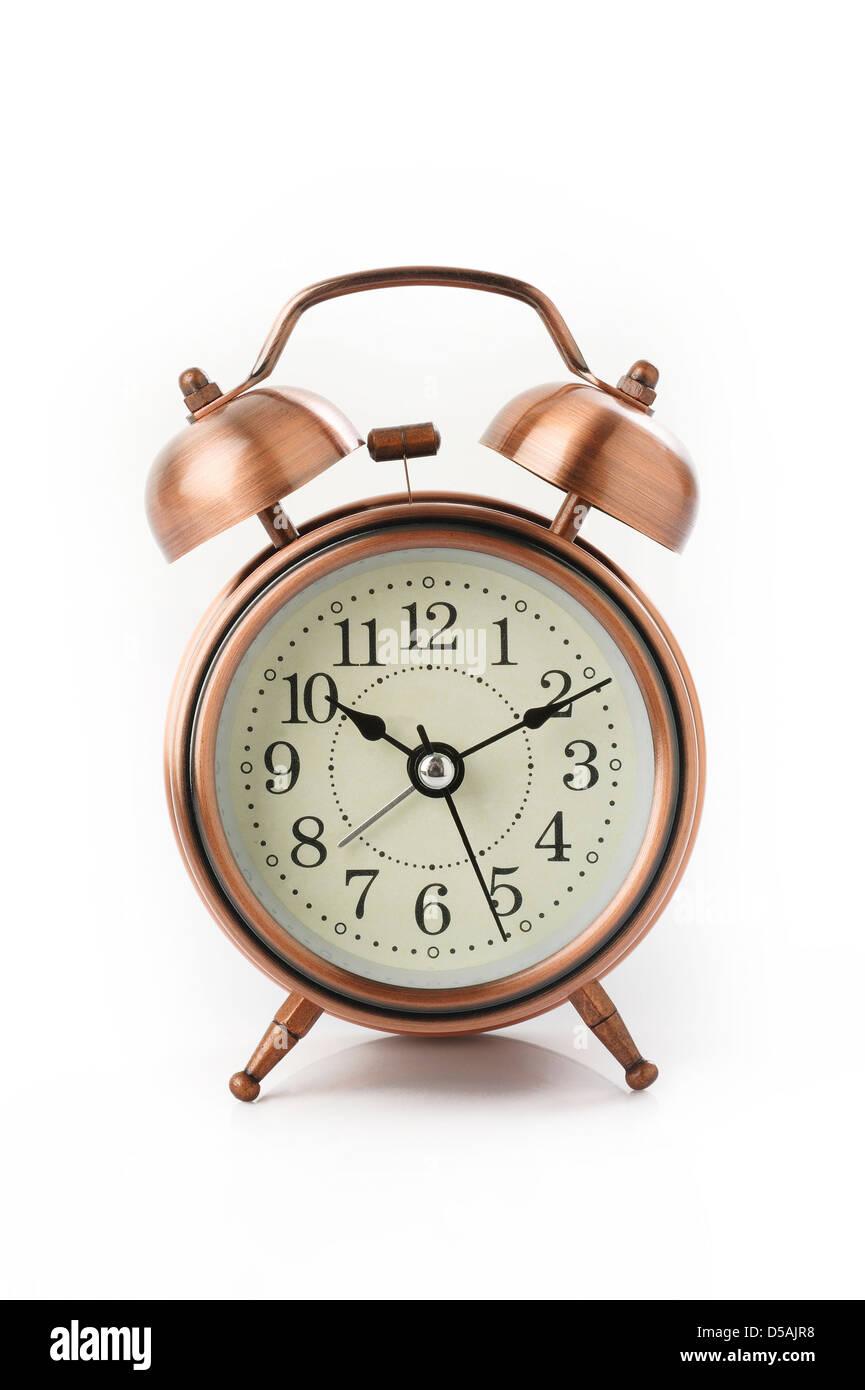 Reloj despertador antiguo aislado sobre fondo blanco. Imagen De Stock