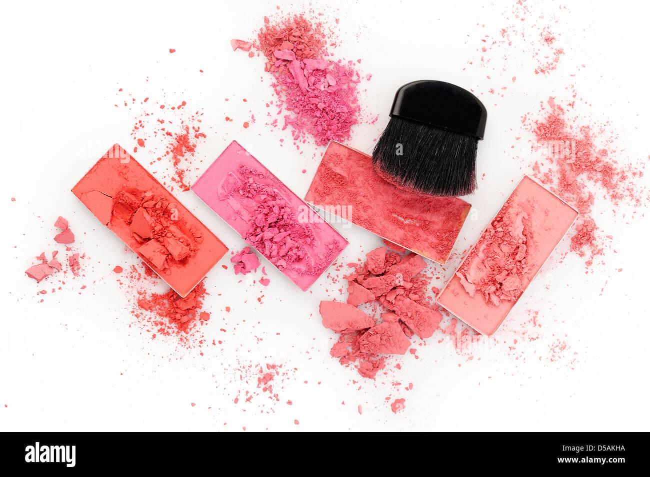 Pincel de maquillaje y polvo sobre fondo blanco. Imagen De Stock