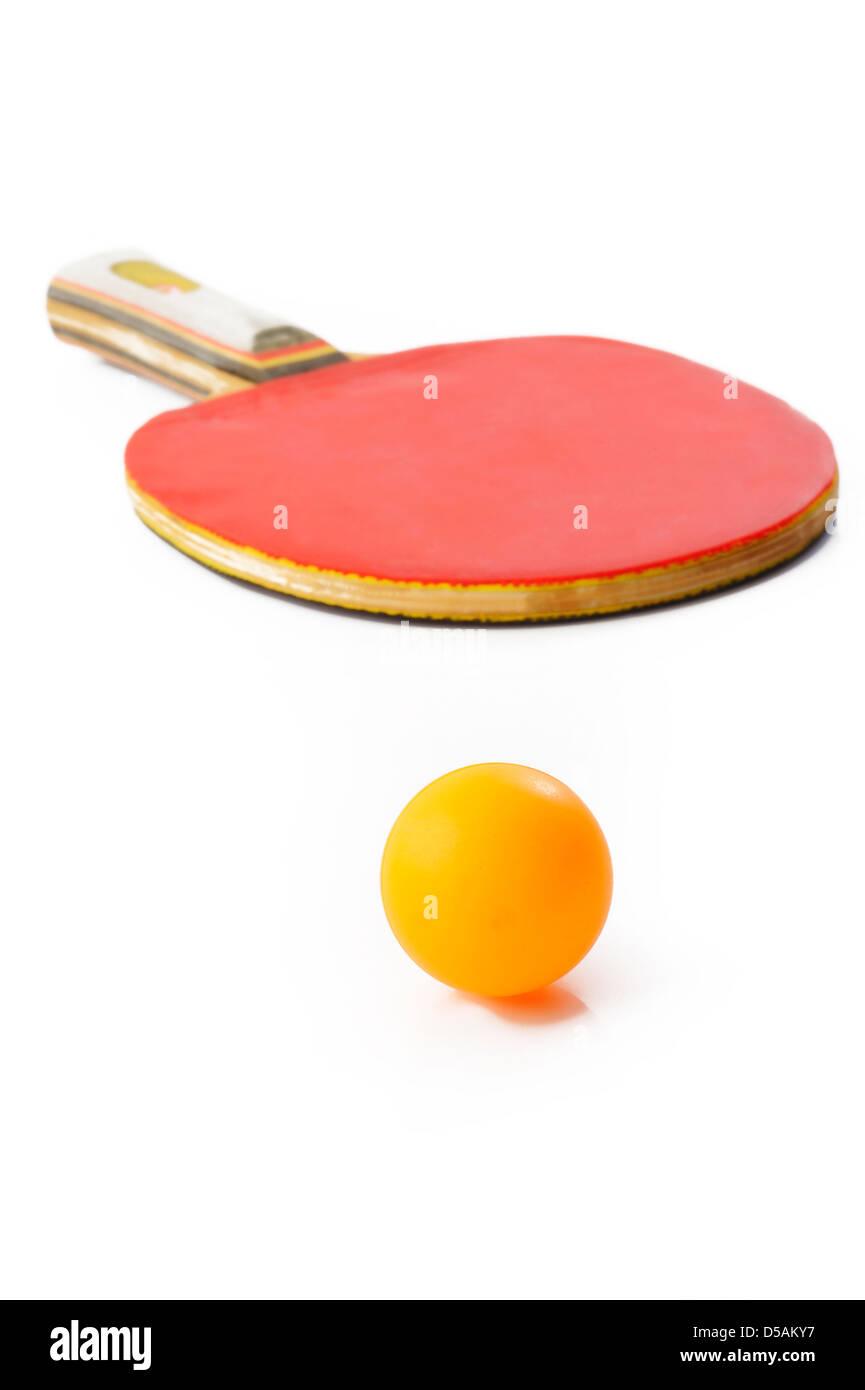 Raqueta de tenis de mesa y bola sobre fondo blanco. Imagen De Stock