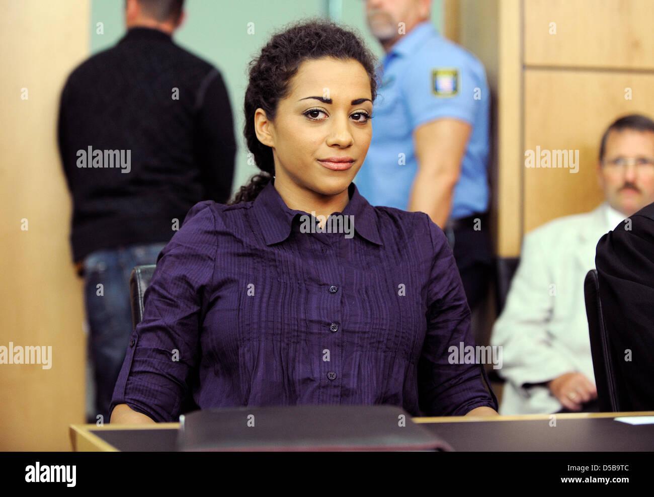 """La cantante Nadja Benaissa de la banda de pop """"No Angels"""" significa el juicio en el tribunal regional de Darmstadt, Foto de stock"""
