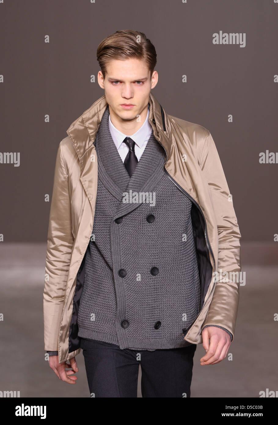 Un modelo luce una creación como parte de Louis Vuitton la moda masculina otoño invierno 2010-11 colección presentada Foto de stock