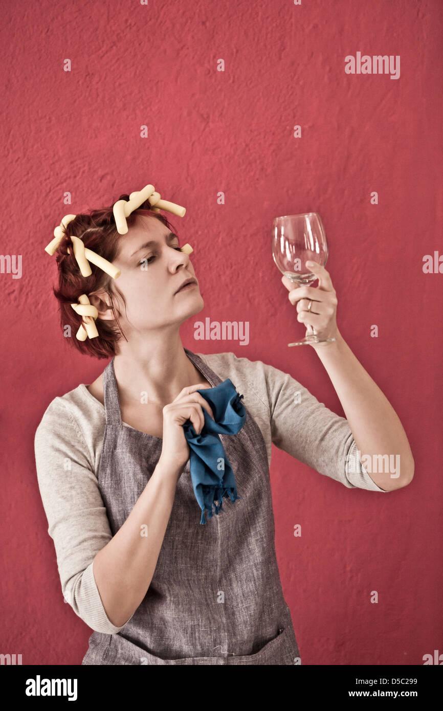 Mujer con rulos de vidrio pulido Imagen De Stock