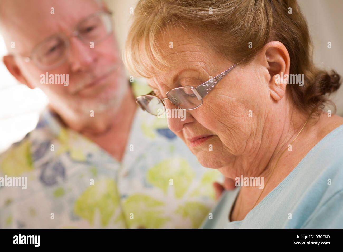 Hombre adulto Senior consolas superiores triste hembras adultas. Imagen De Stock