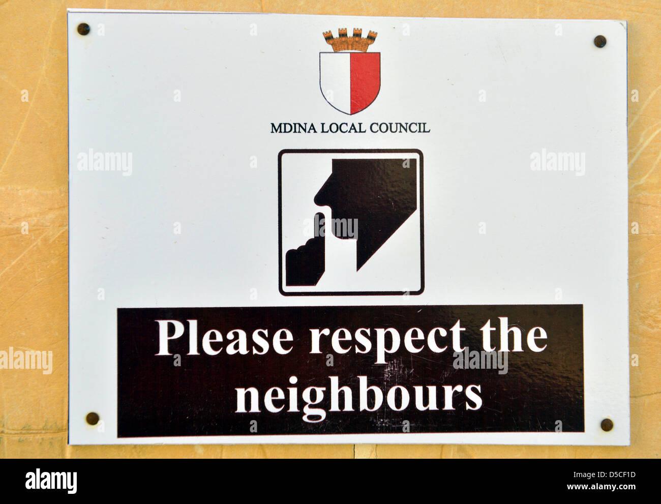 Silencio, por favor respeten los vecinos firmen, Mdina, Malta. Foto de stock