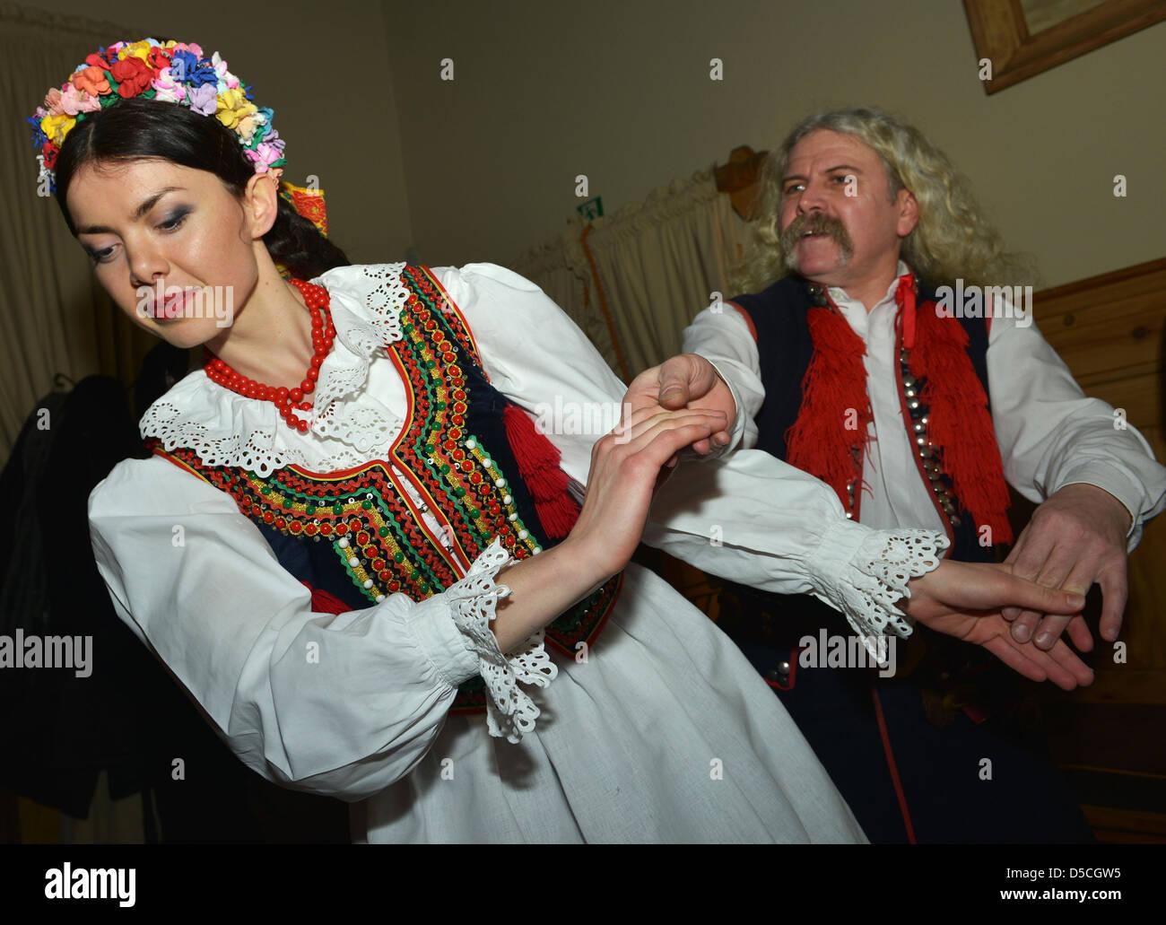 Los bailarines y cantantes en trajes nacionales, Cracovia, Polonia Imagen De Stock