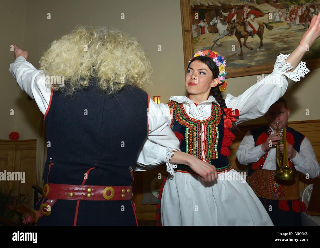 Bailarines en trajes nacionales, Cracovia, Polonia Imagen De Stock