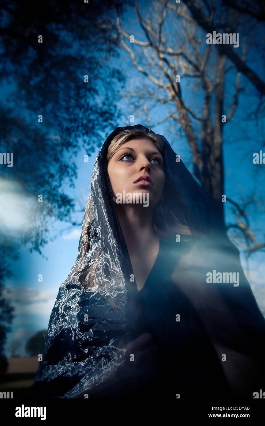 Mujer vistiendo la bufanda sobre cabeza retrato de moda Imagen De Stock