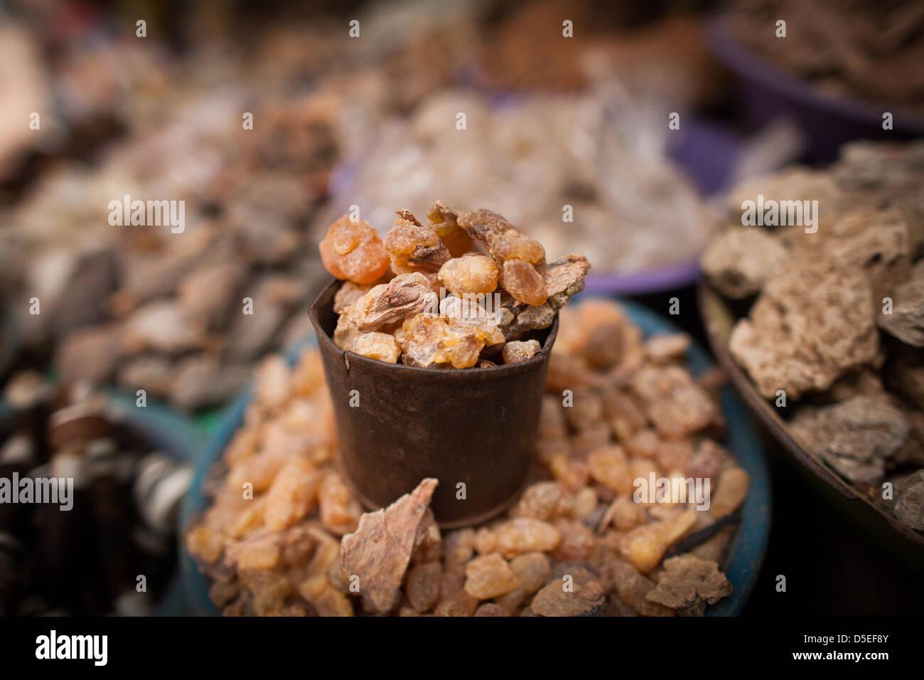 Diversas medicinas tradicionales, incluidas la mirra, en el mercado maderero, Accra, Ghana. Imagen De Stock
