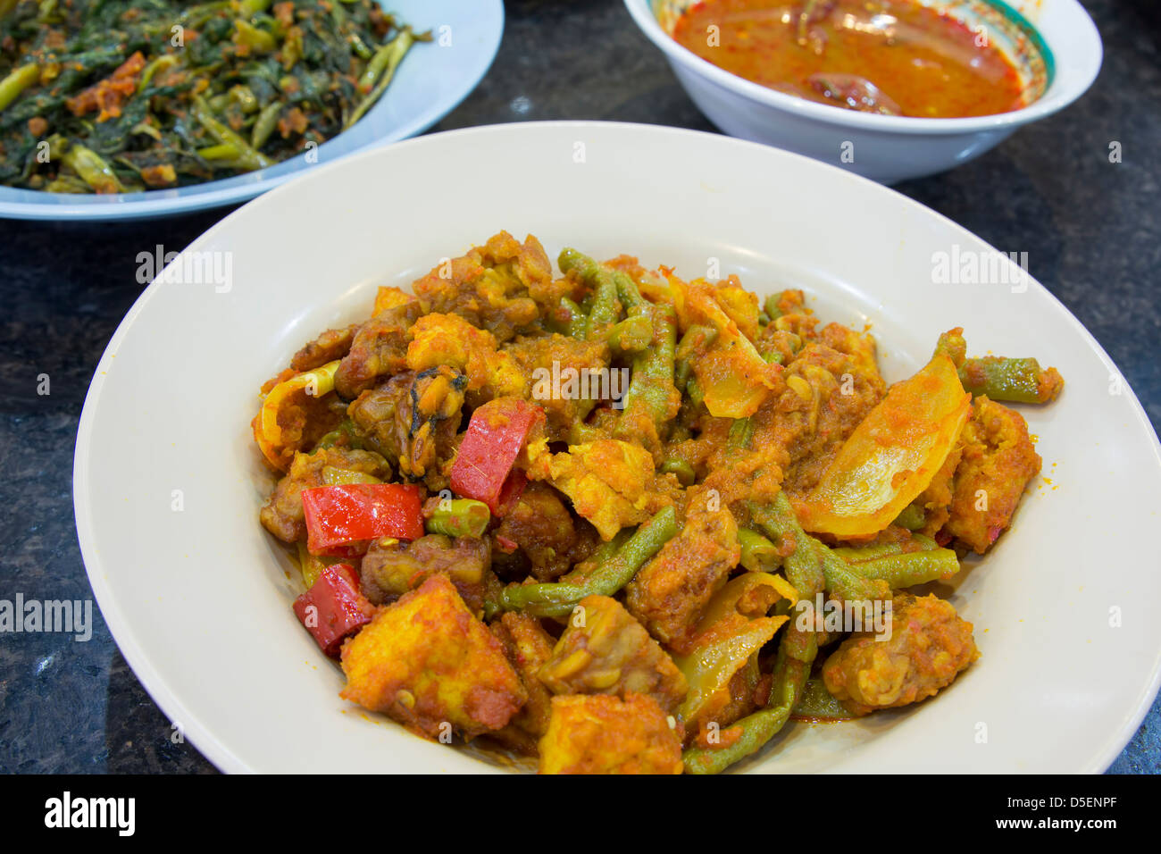 d7d0d30ea Tofu Tempeh salteado con pasta de Sambal Chilli Beans pimientos y cebollas