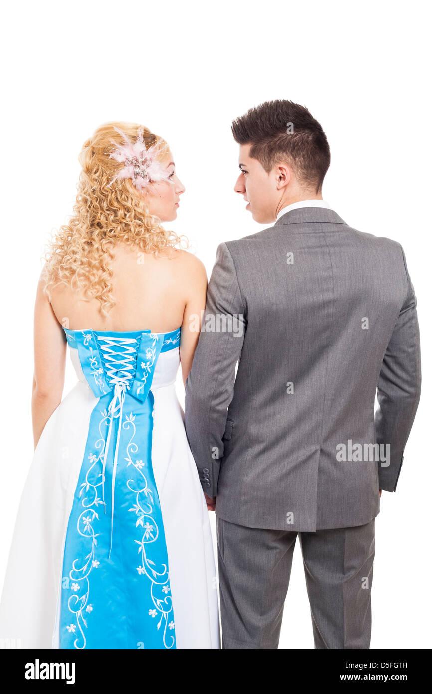 Vista trasera de la recién casada pareja de novios, aislado sobre fondo blanco. Imagen De Stock