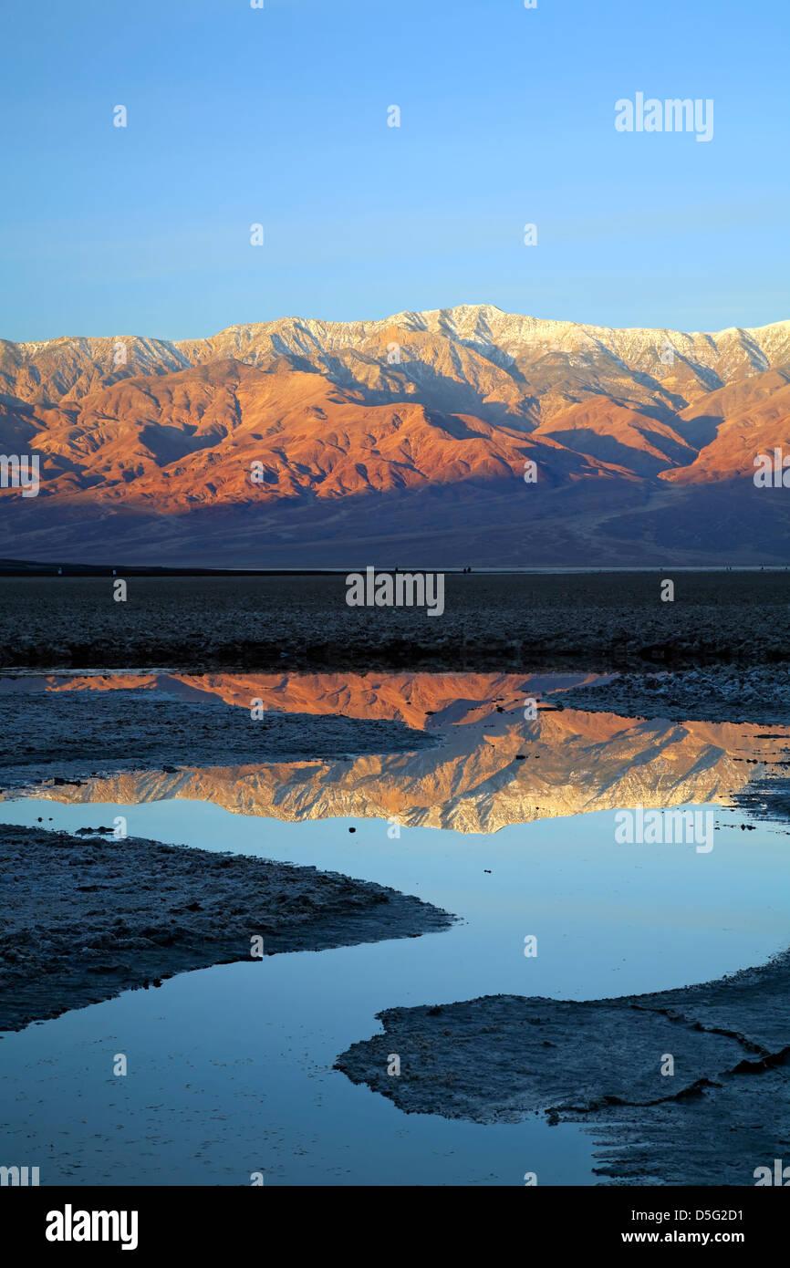 Pico del telescopio (11,049 ft.) y Gama Panamint reflejada en el estanque, Badwater Basin, el Parque Nacional Valle Imagen De Stock