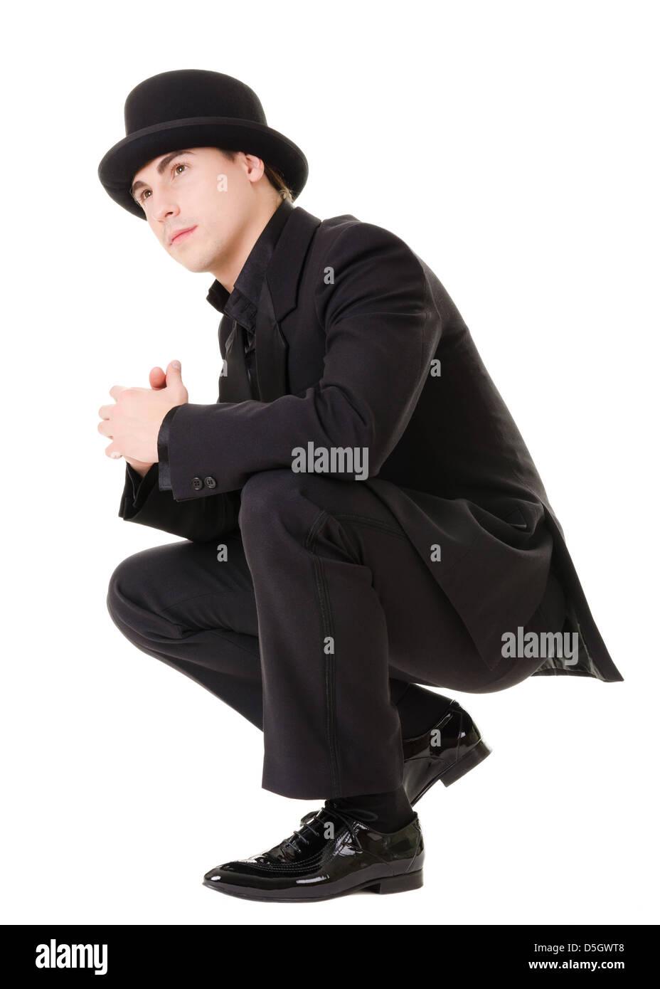 Apuesto hombre de moda en estilo retro con traje y sombrero negro aislado  sobre fondo blanco. 3c2ced33e67