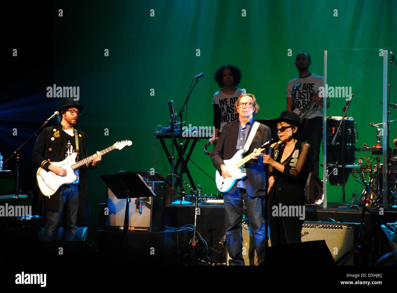Sean Lennon (L-R), Eric Clapton, Yoko Ono, viuda de John Lennon, realice con la banda 'Ono' de plástico Imagen De Stock