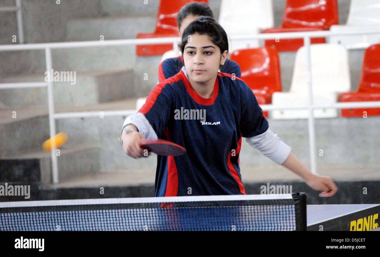 El Pakistán. 3 de abril de 2013. Los estudiantes universitarios jugar al tenis de mesa durante el Campeonato Imagen De Stock