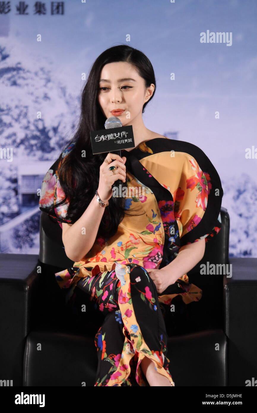 Fan Bingbing en conferencia de prensa de la película La Bruja de cabellos  blancos en Beijing 9a70a8da6408