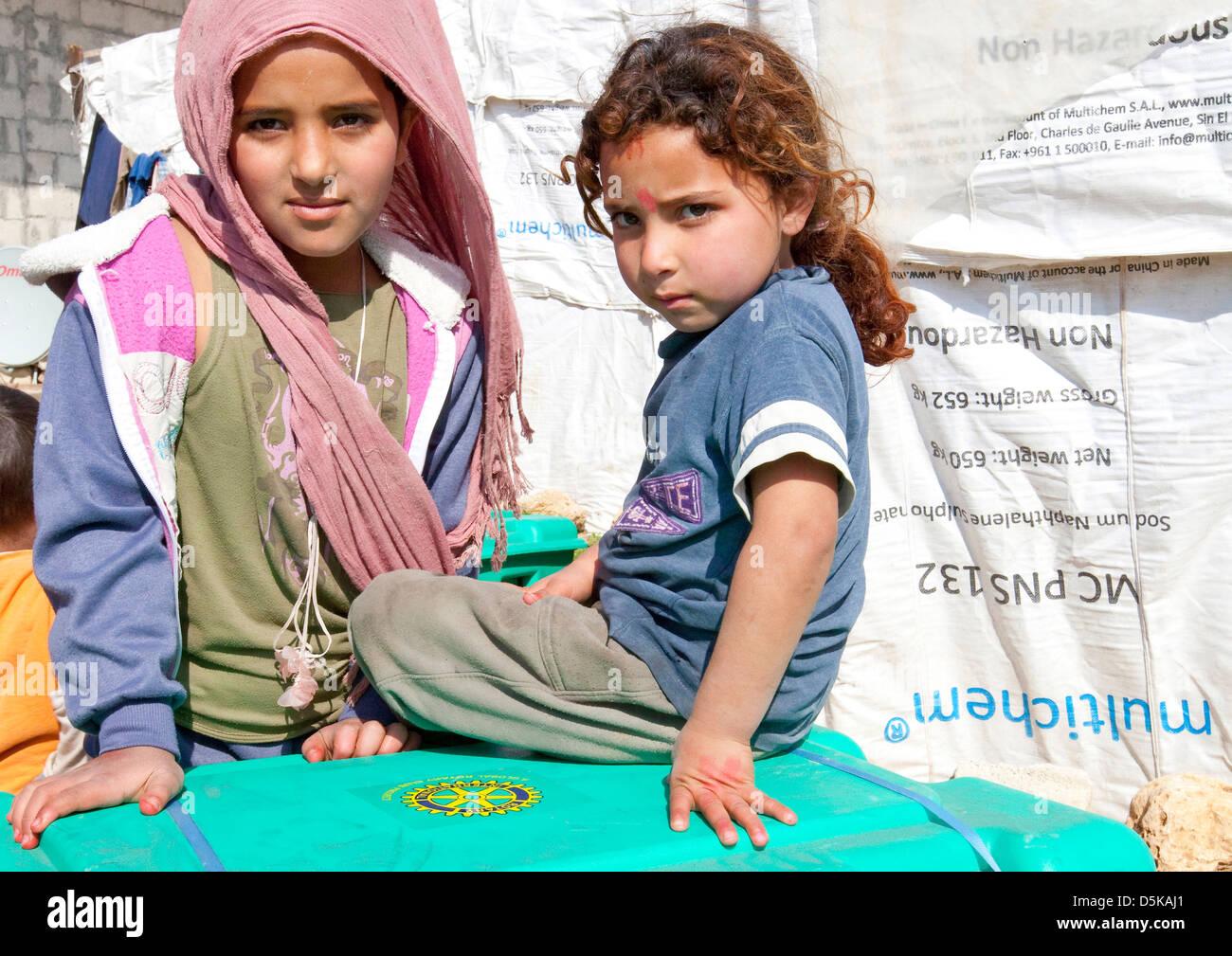 Los jóvenes refugiados sirios cerca de Halba, al norte del Líbano Imagen De Stock