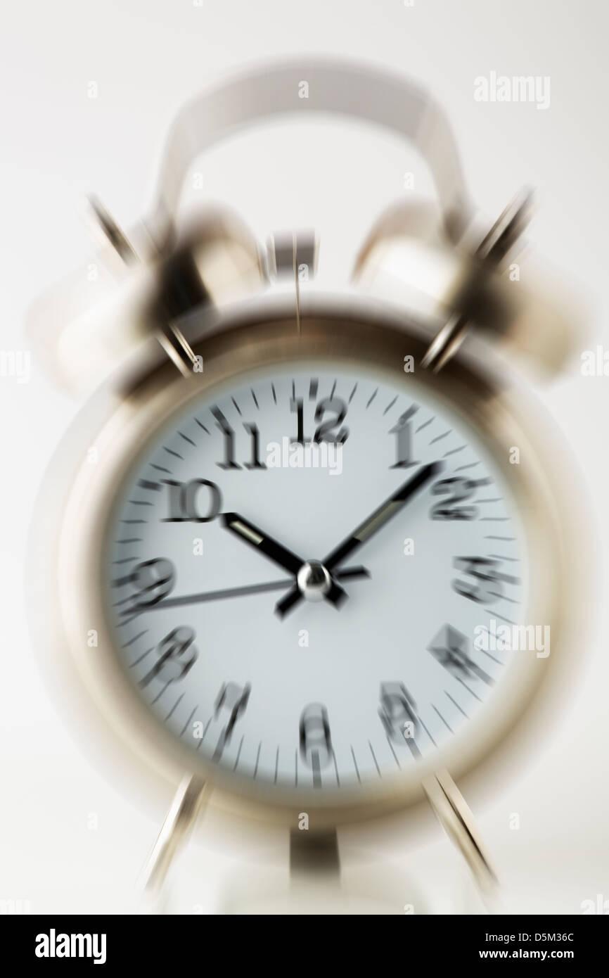 Antiguo reloj despertador de moda, vista frontal Imagen De Stock