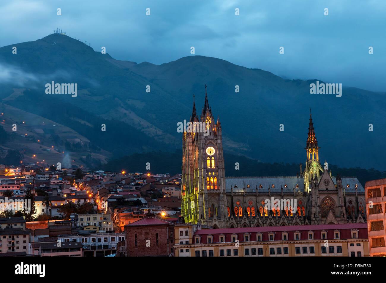 Vista nocturna de la basílica y el casco antiguo de la ciudad de Quito, Ecuador Imagen De Stock