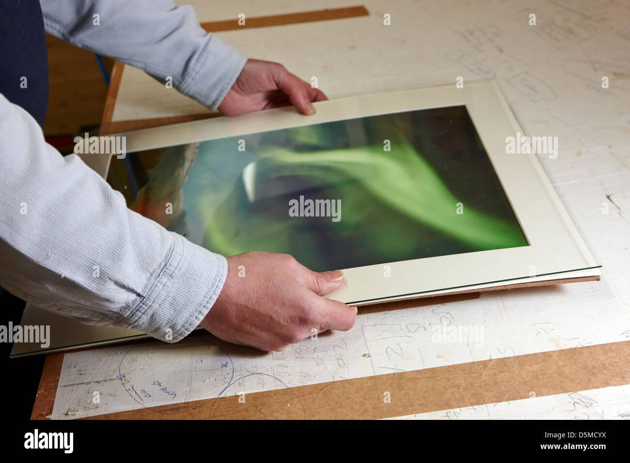 Bastidor de montaje detrás de un vidrio de impresión fotográfica en ...