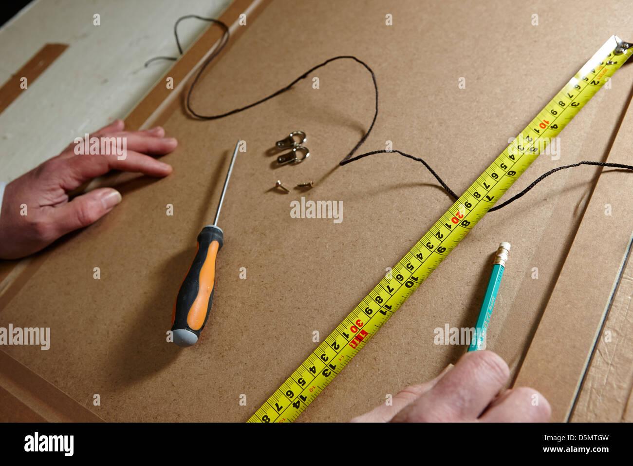 Cinta métrica destornillador cuelgan cadenas y fijaciones en la ...
