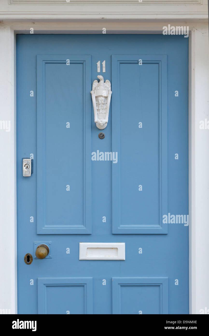 Azul gris gris malva atardecer puerta delantera de madera de madera mobiliario blanco martinete números número Imagen De Stock