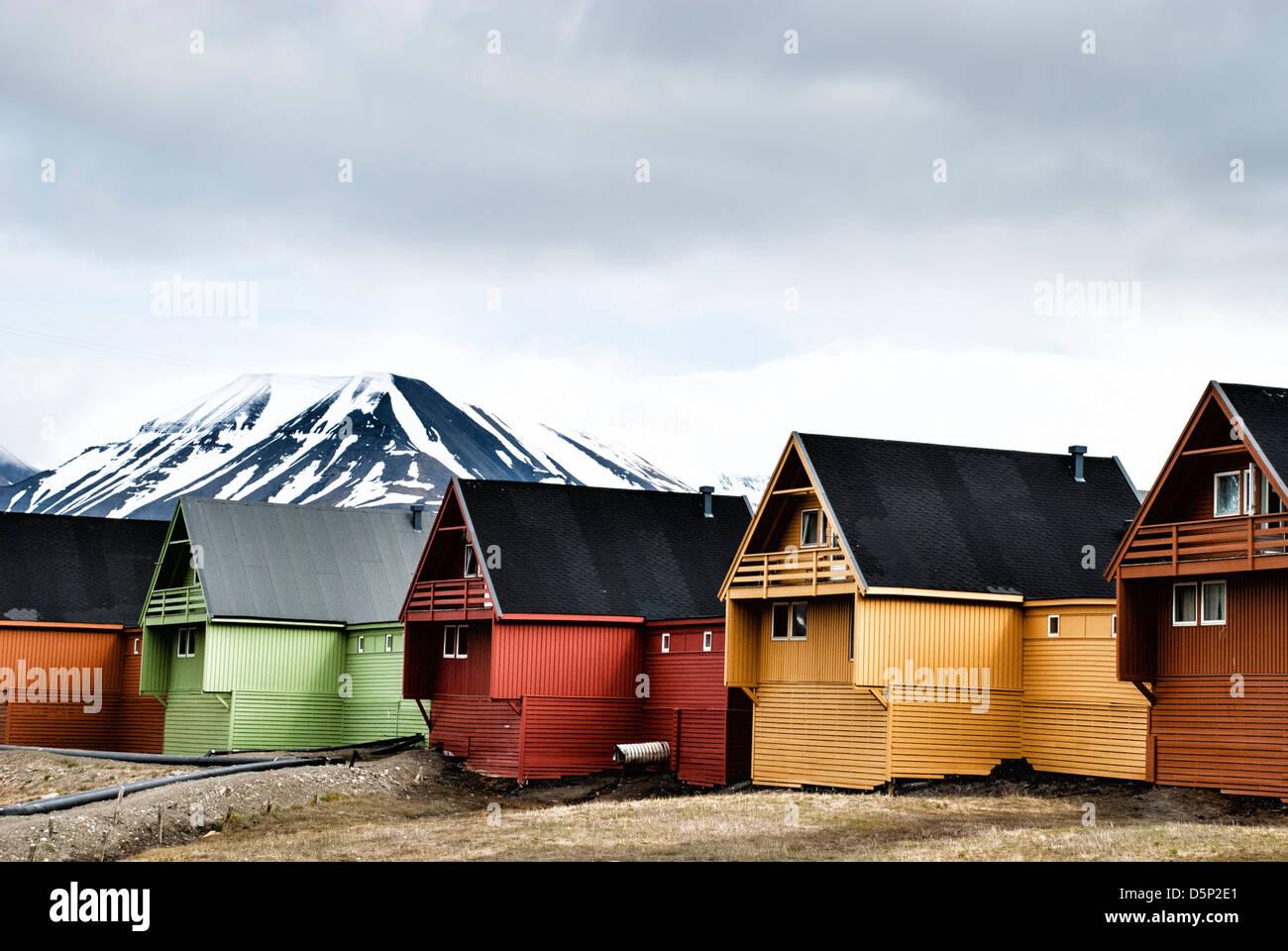 Coloridas casas en la ciudad de Longyearbyen Spitsbergen, en el archipiélago de Svalbard, Noruega Imagen De Stock