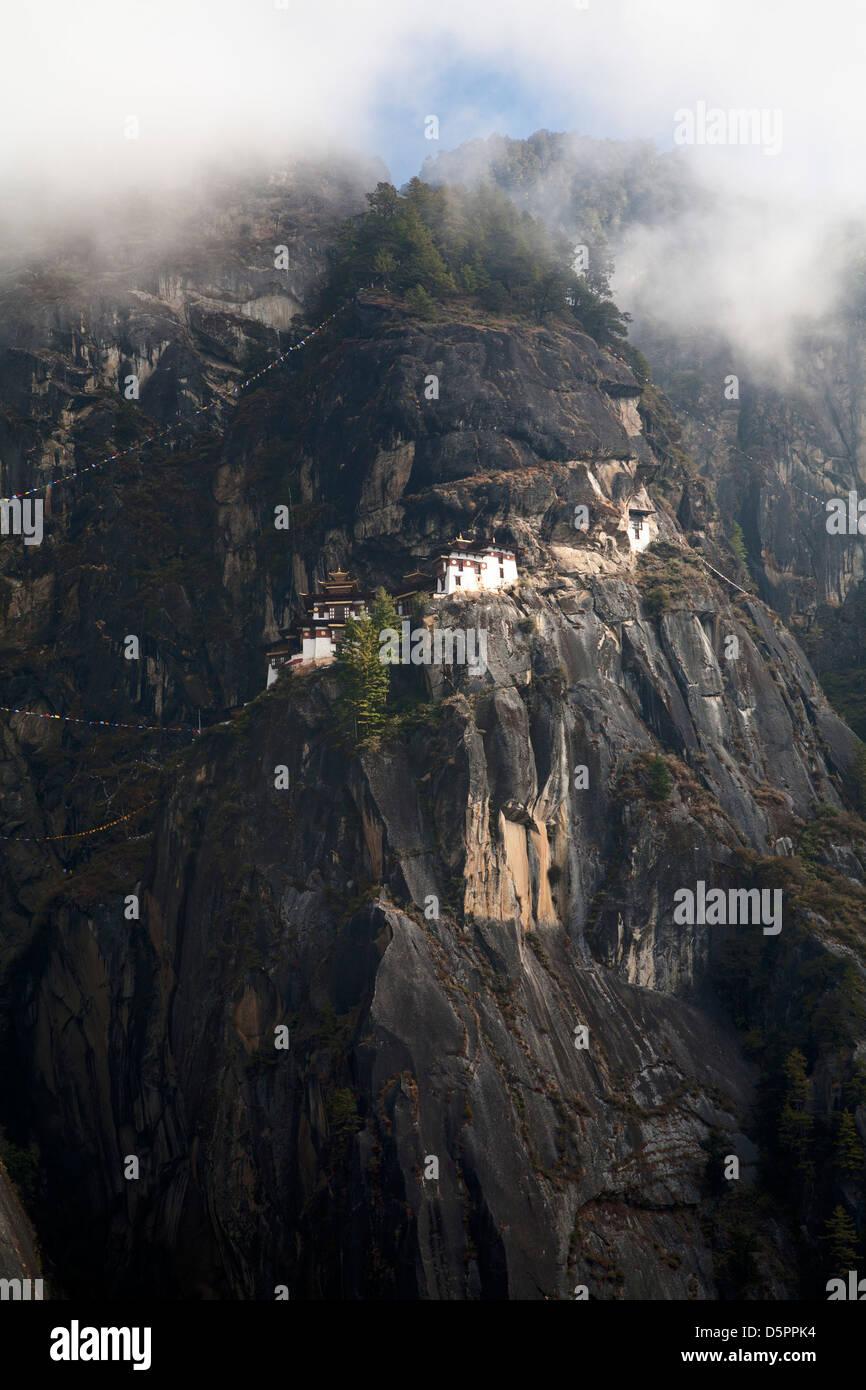 Paro Taktsang es el nombre popular del monasterio Palphug Taktsang o tigres fuera del nido de pájaro construido originalmente en 1692, Bután. Foto de stock