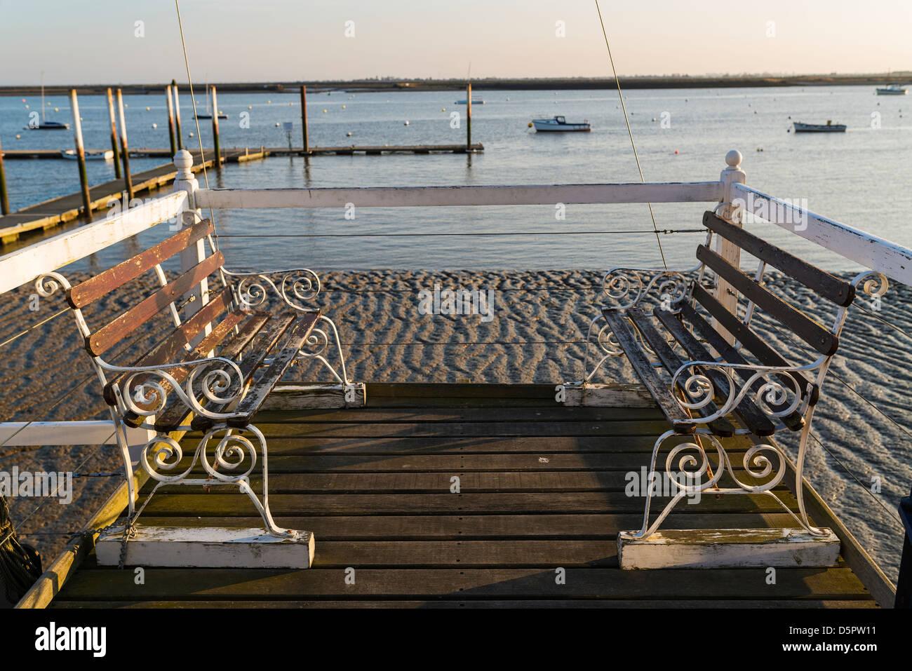 Dos viejas banquetas en la costanera Burnham-on-Crouch Imagen De Stock