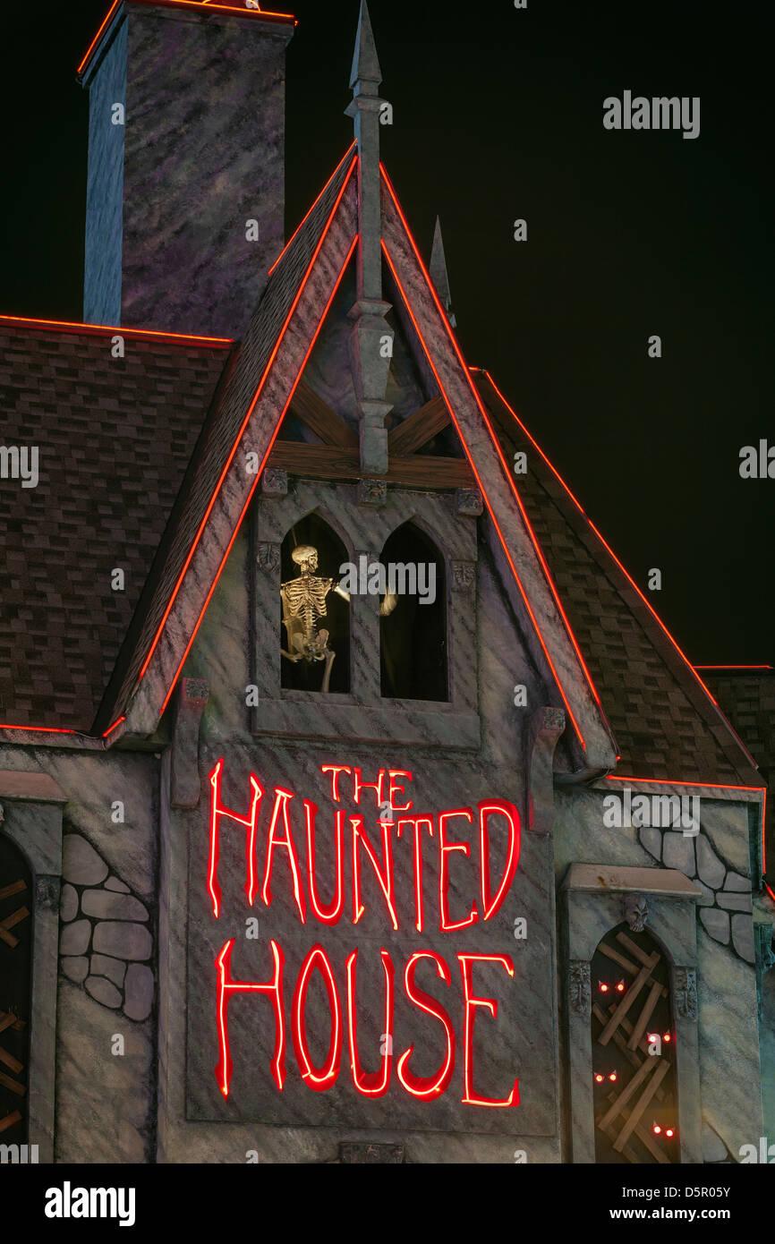 Casa embrujada en la noche Imagen De Stock