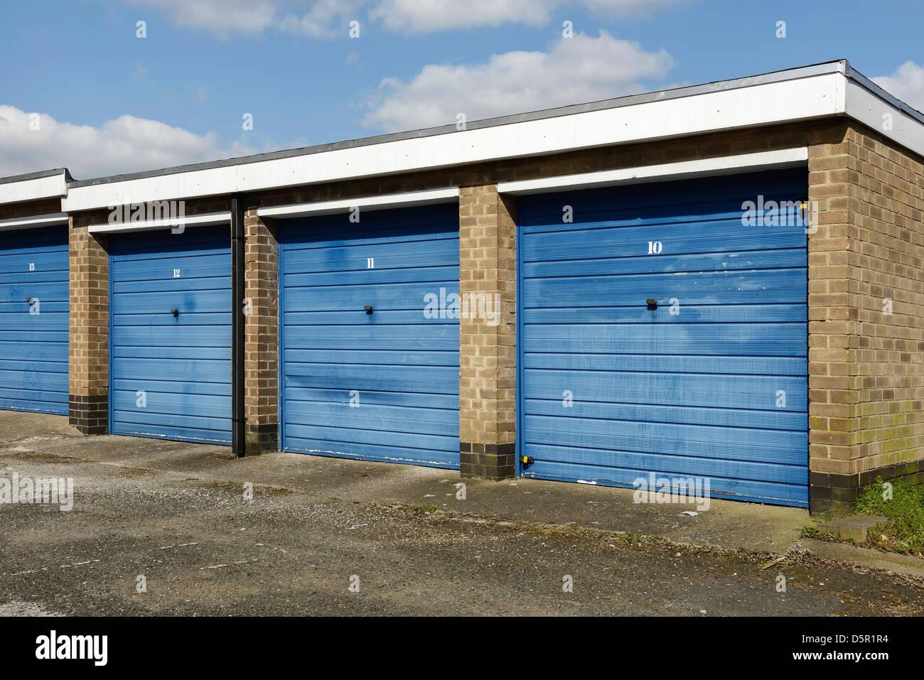 Fila de garajes individuales con puertas azules Imagen De Stock