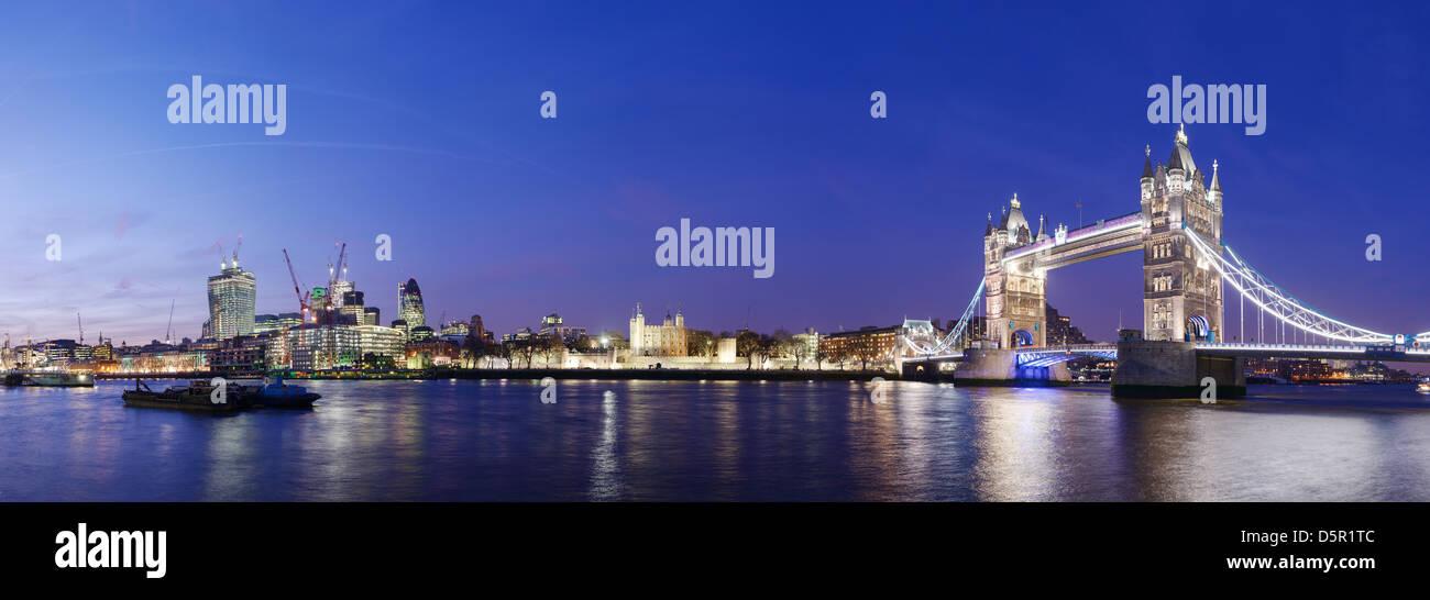 El horizonte de la ciudad de Londres, incluyendo el puente Tower Bridge y la Torre de Londres. Imagen De Stock