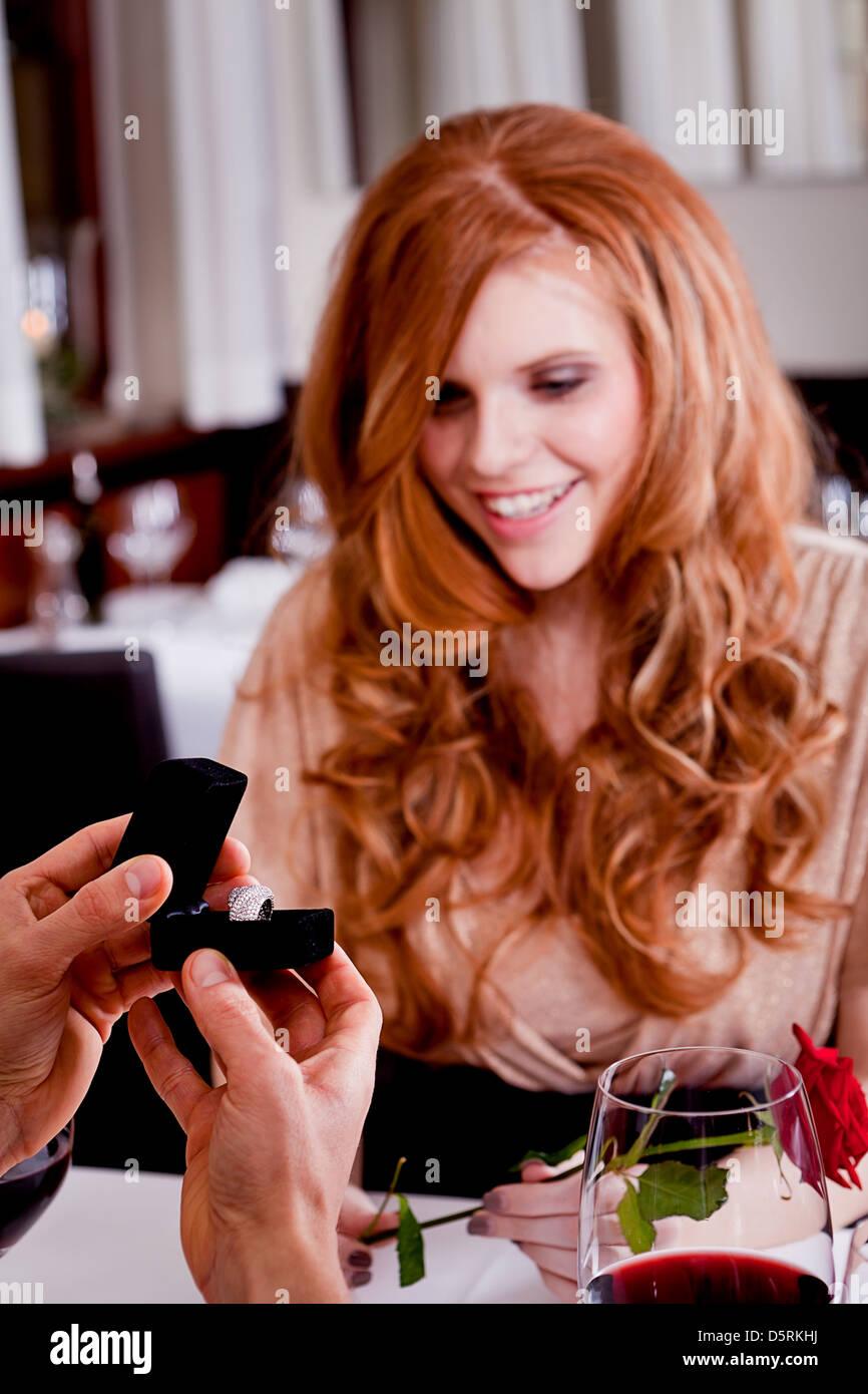 Pareja feliz en el restaurante fecha romántica cena de amor día de San Valentín boda Imagen De Stock