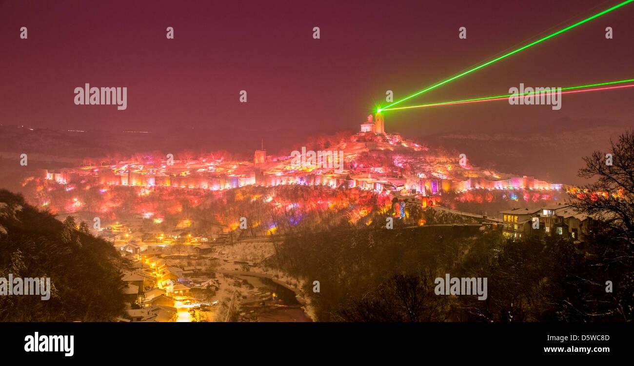 Vista panorámica de la Fortaleza de Tsarevets y río Yantra con el espectáculo de láser de luz y sonido en Veliko Tarnovo, Bulgaria Foto de stock