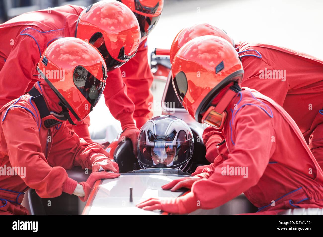 Racing Team trabaja en pit stop Imagen De Stock
