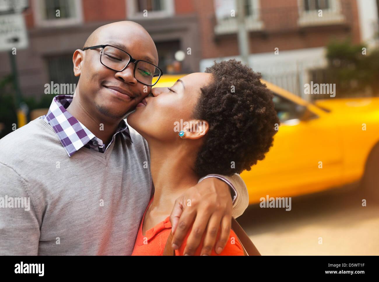 Pareja besándose en las calles de la ciudad Imagen De Stock