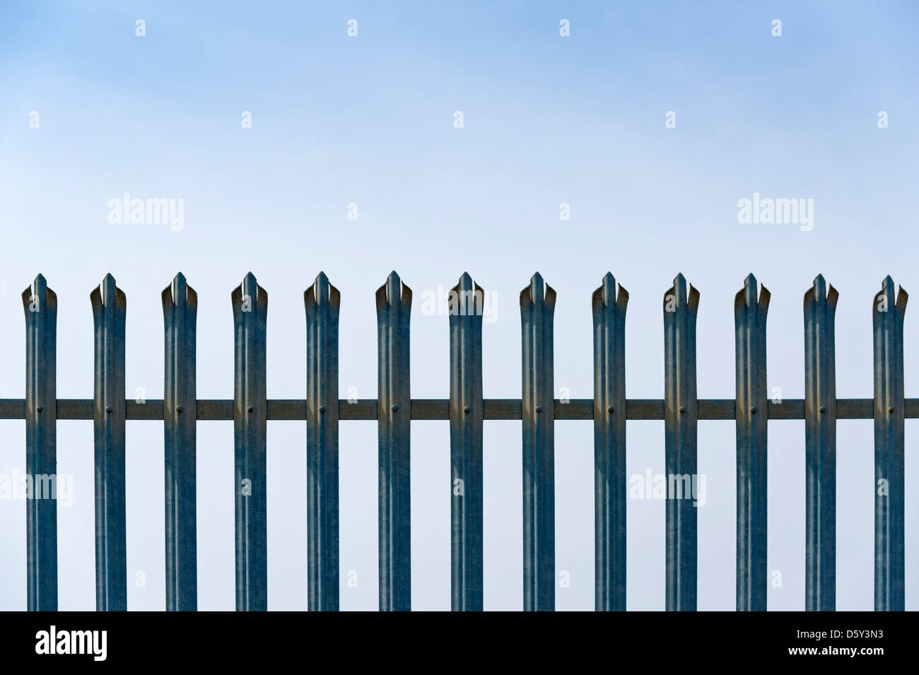 Valla Metálica de seguridad contra un cielo azul Imagen De Stock