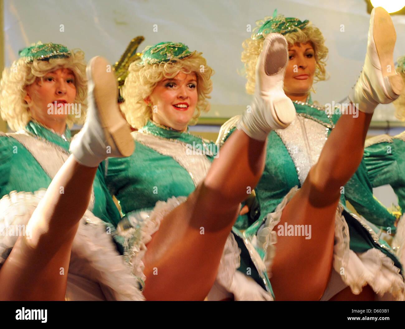 Mujeres miembros de la asociación de carnaval de Meissen inicia la nueva temporada de carnaval con un rotundo Imagen De Stock