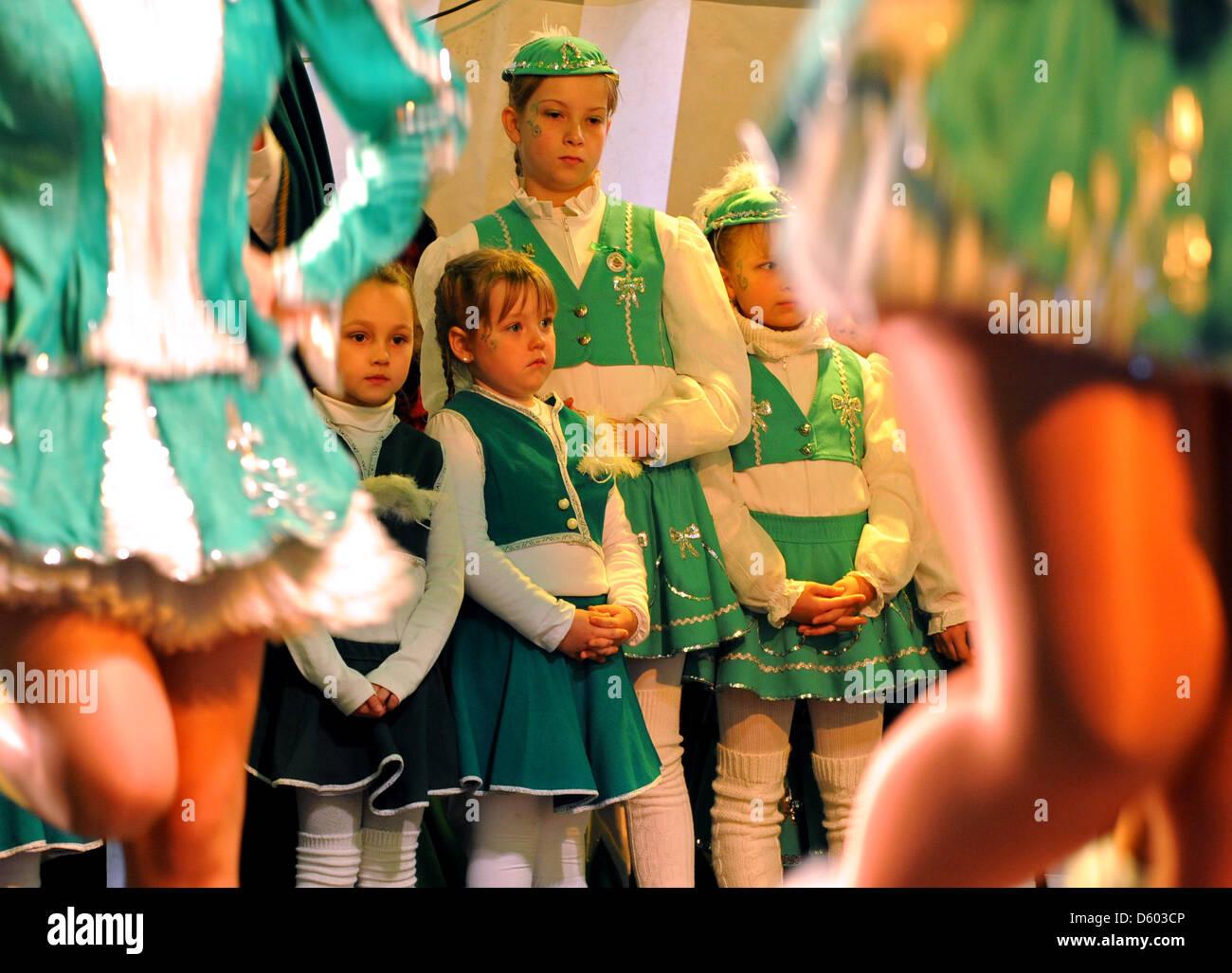Los jóvenes miembros de la asociación de carnaval de Meissen inicia la nueva temporada de carnaval con Imagen De Stock