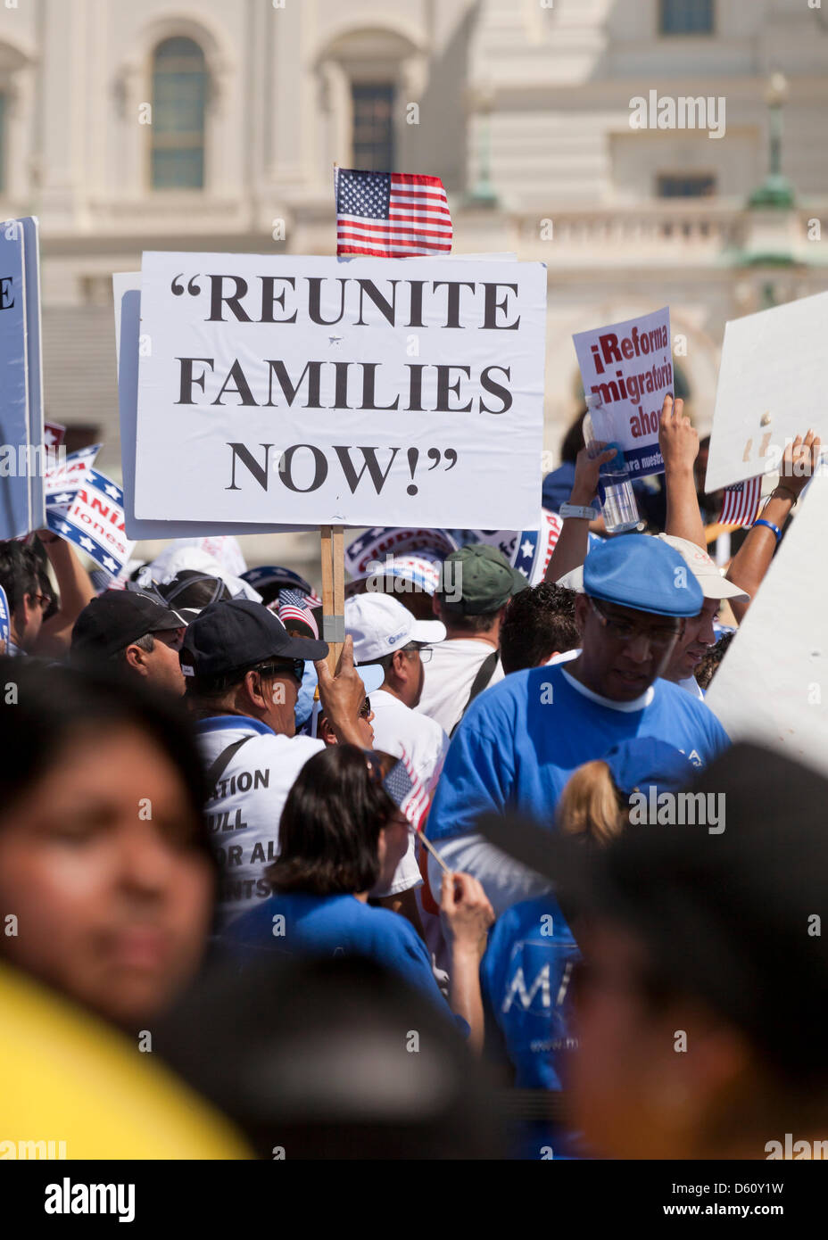 Gran multitud agitando banderas mexicanas y estadounidenses en una Demonstración de Inmigración - Washington, Imagen De Stock